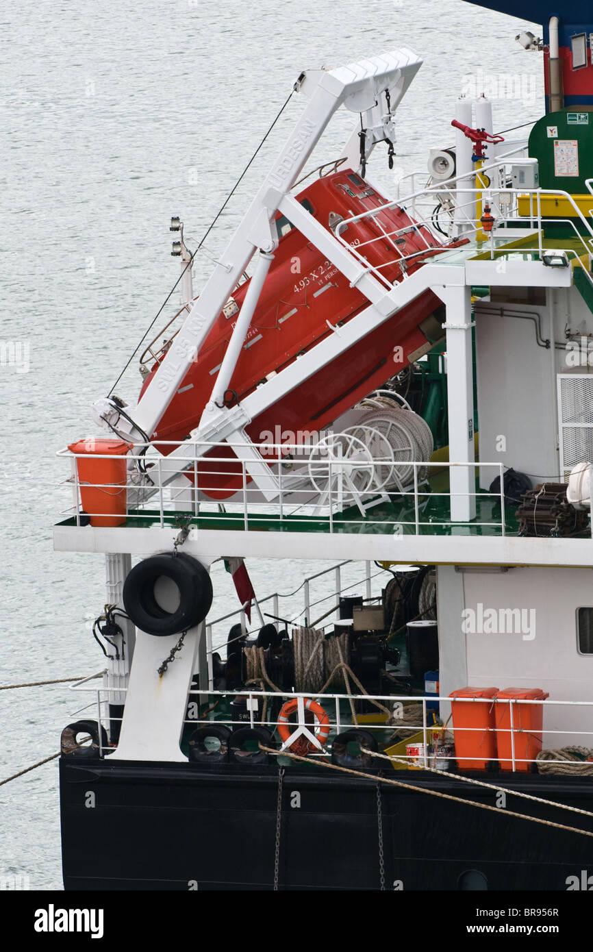 Bote Salvavidas en una cuna en la popa del buque Imagen De Stock