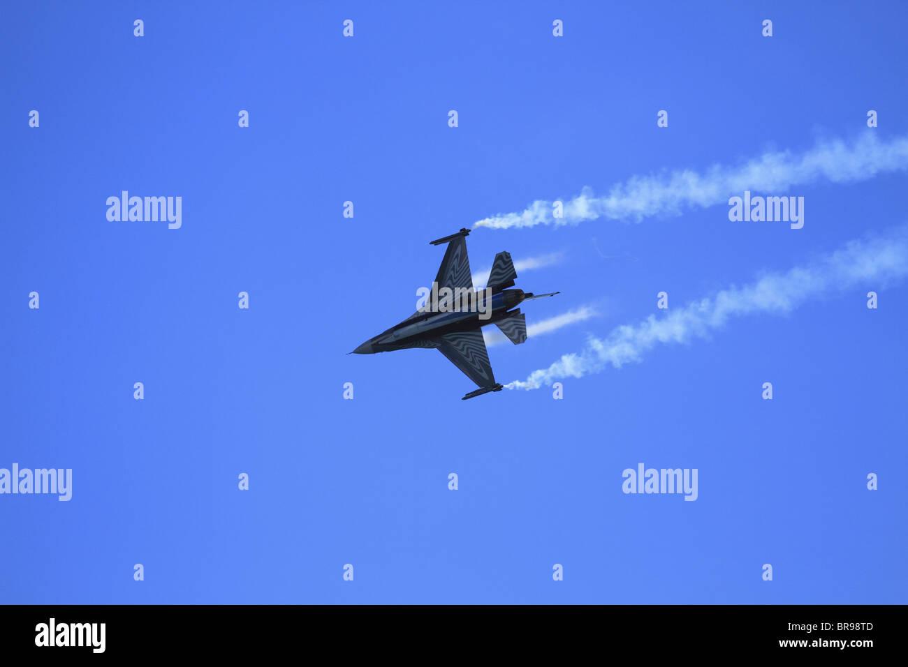 Una Fuerza Aérea Belga F16 (Lockheed Martin F-16 Falcon Jet de combate combate) realiza en el show aéreo de Eastbourne, East Sussex, Inglaterra Foto de stock
