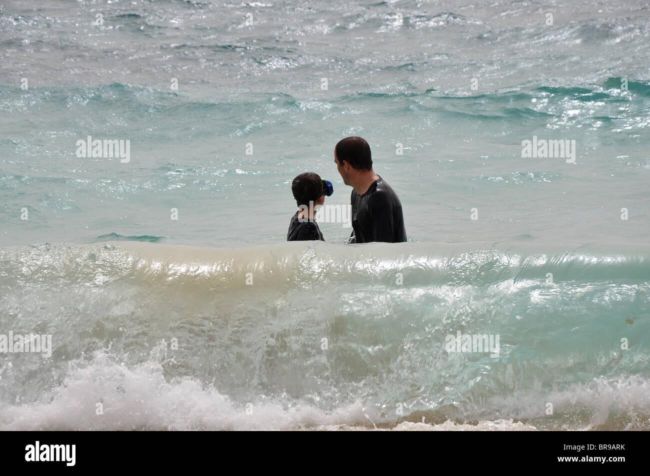 Padre e hijo en el mar en Sal Cabo Verde Imagen De Stock