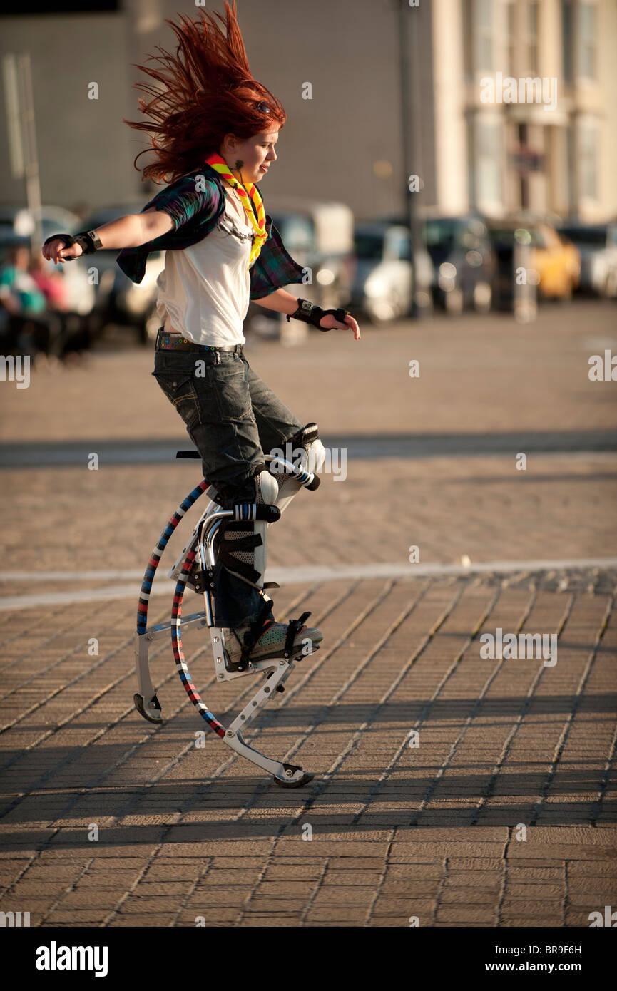 Una adolescente con un resorte power zancos, REINO UNIDO Imagen De Stock