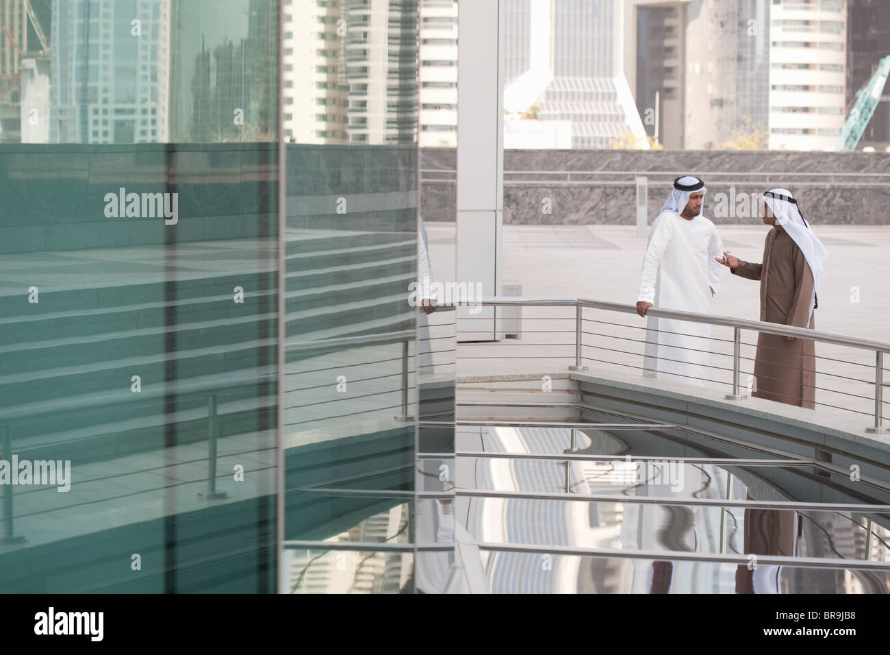 Empresarios de Oriente Medio por el edificio de oficinas Imagen De Stock