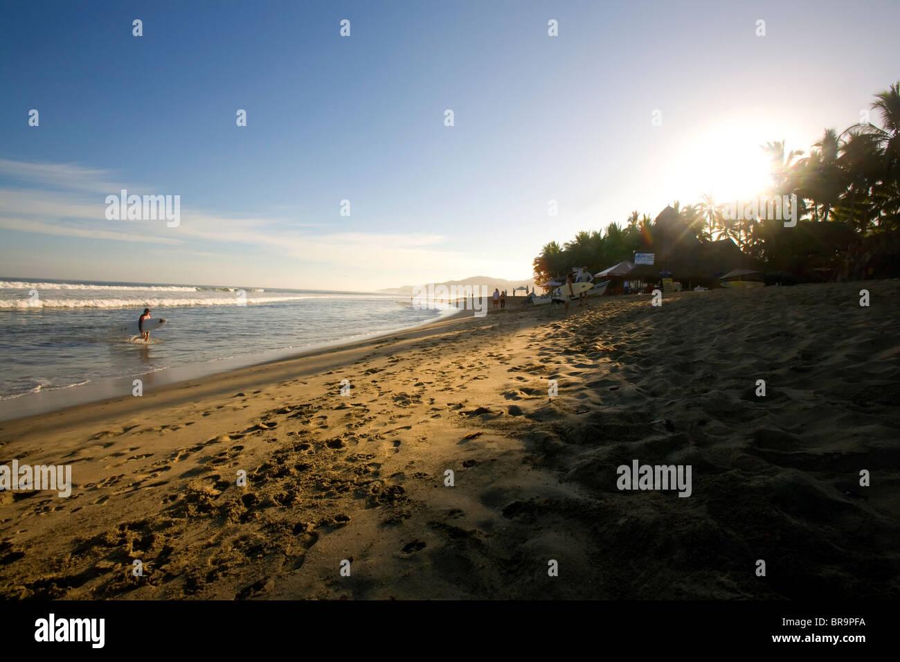 Temprano en la mañana en la playa de Surfers En Sayulita México. Imagen De Stock