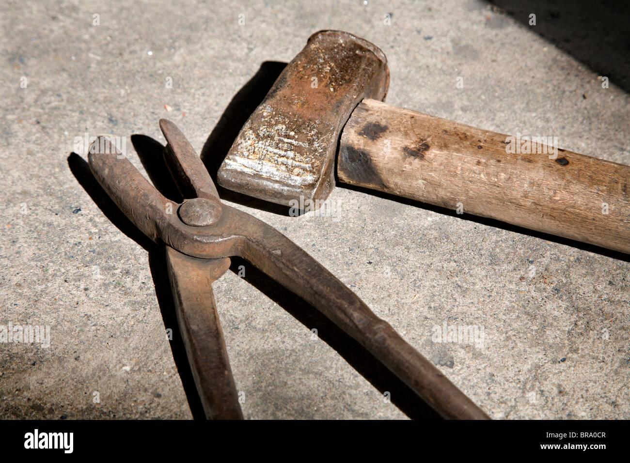Herramientas de herrería - Martillo y shnaks Imagen De Stock