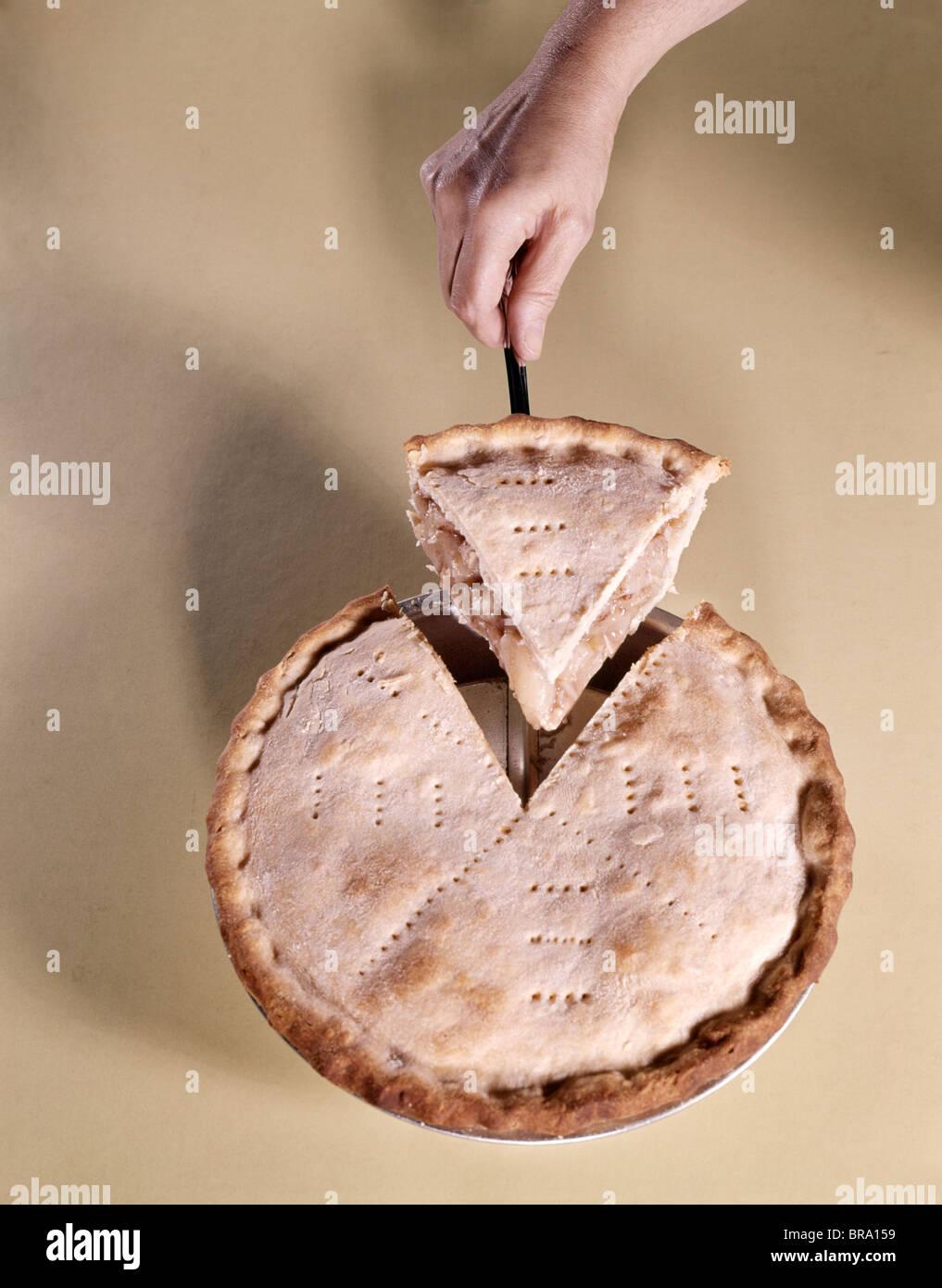 1970 Sirviendo de mano WEDGE rebanada de pastel de manzana Imagen De Stock
