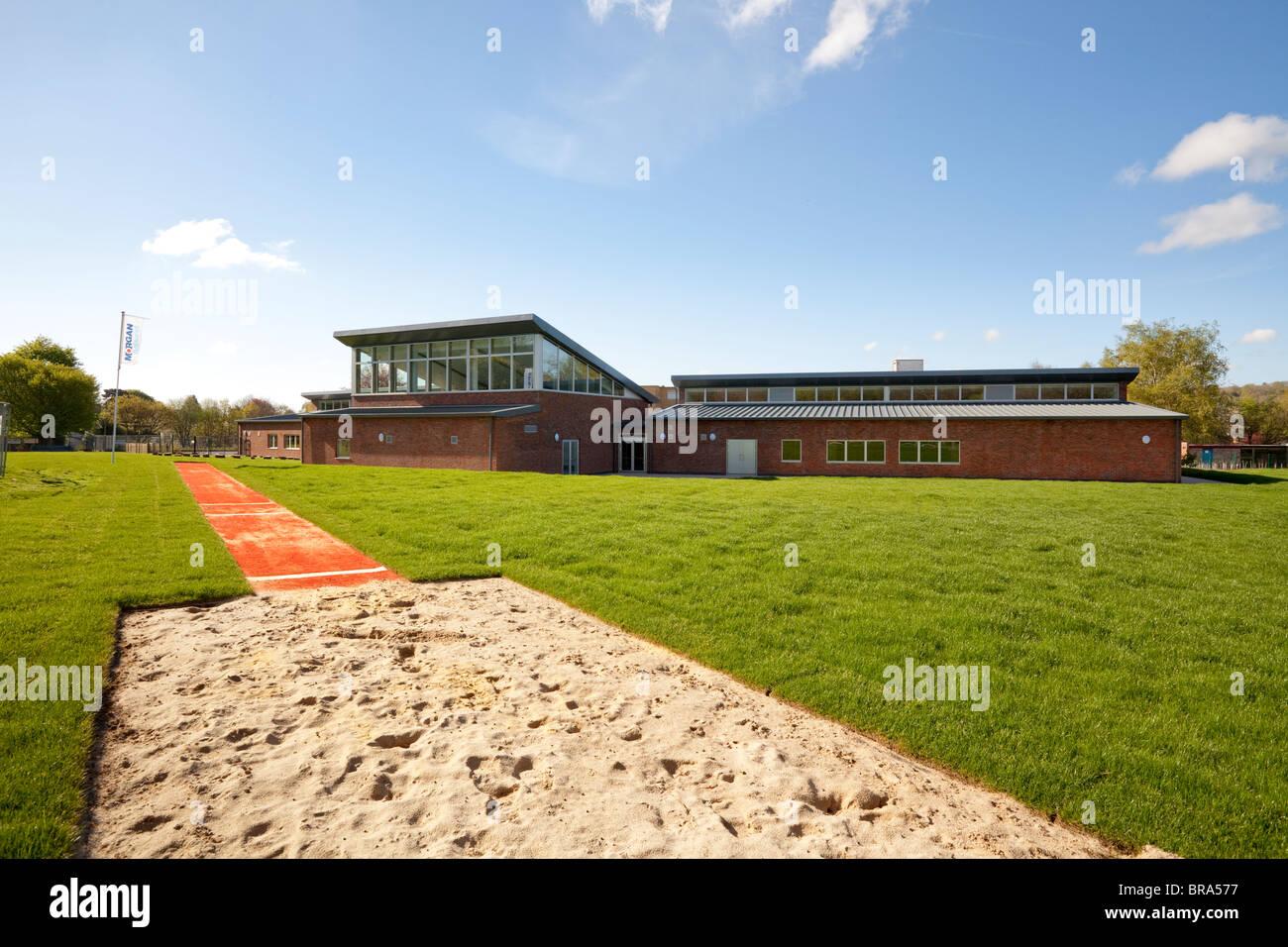El salto en largo arenal en el campo de deportes en la escuela primaria, Milldown Blandford UK Imagen De Stock