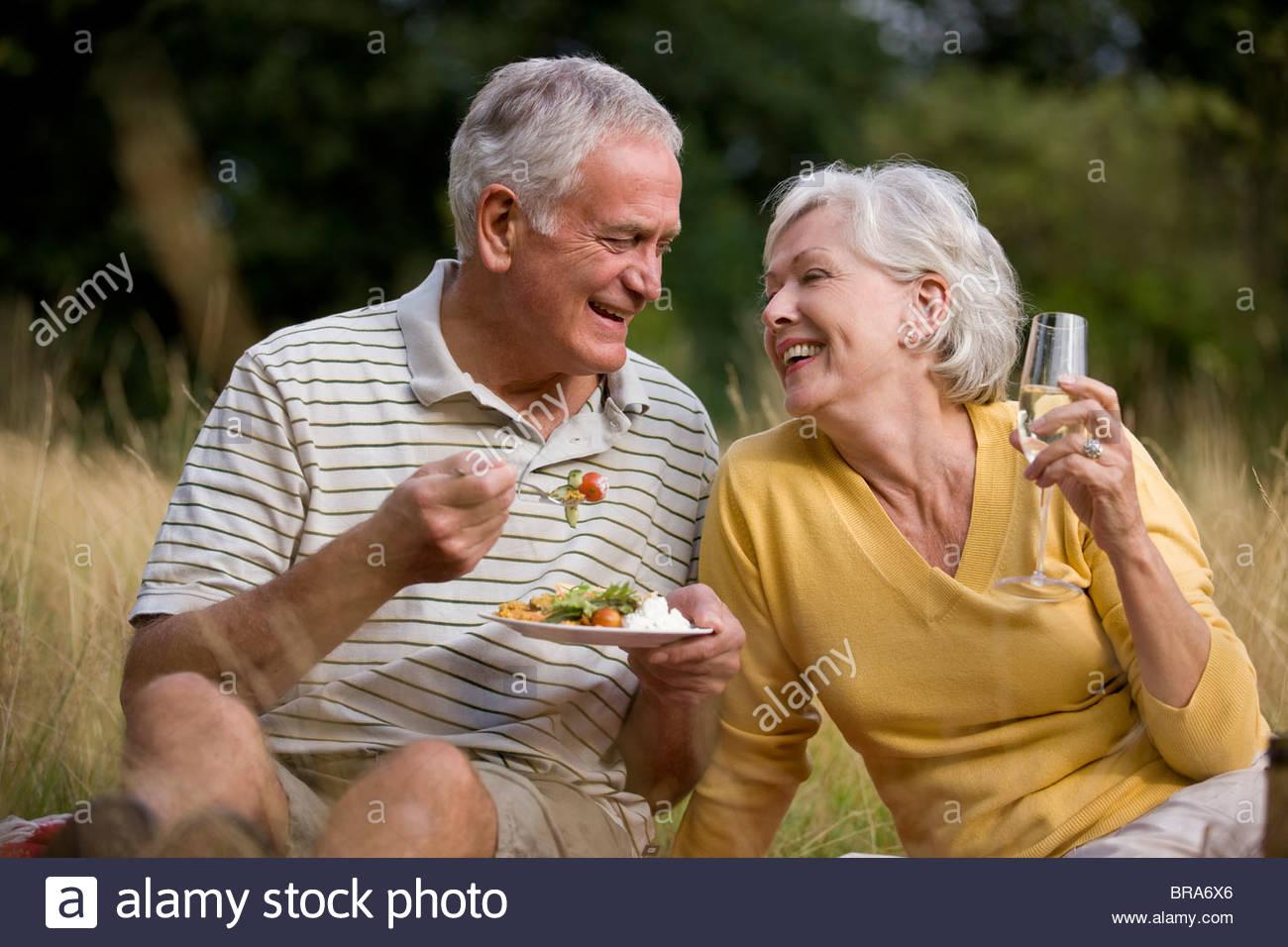 Un alto par tener un picnic Imagen De Stock