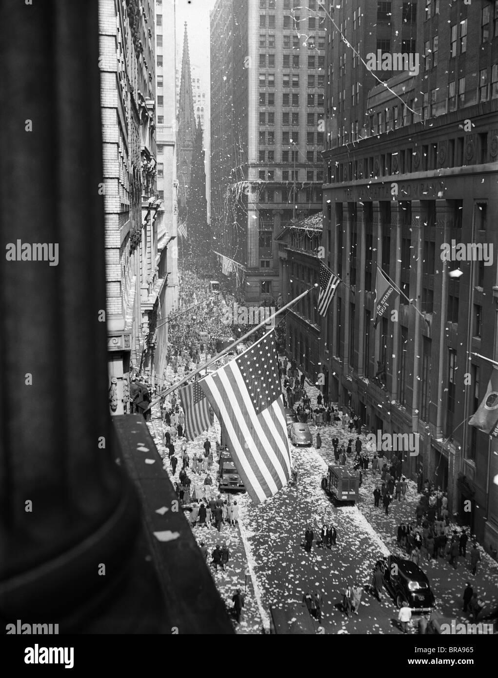 1940 1945 Vista aérea de la celebración del Día VE EN WALL STREET NYC con banderas y confeti volando Imagen De Stock
