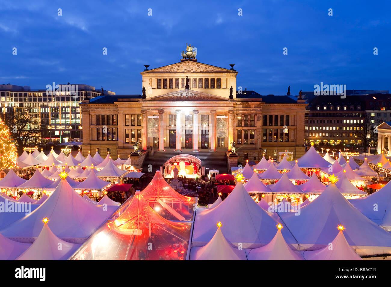 Tradicional Mercado de Navidad en Gendarmenmarkt, iluminada al anochecer, Berlín, Alemania, Europa Imagen De Stock