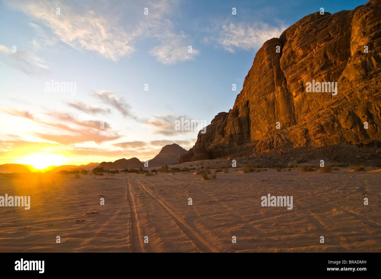 El impresionante paisaje del desierto de Wadi Rum, Jordania, Oriente Medio Foto de stock