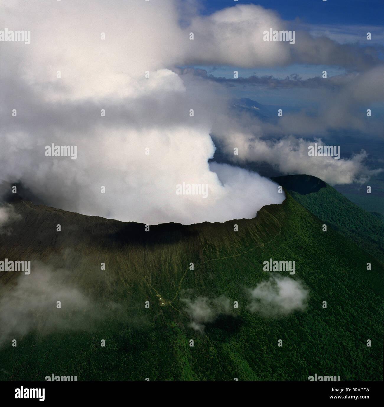 Vista aérea del Monte Nyiragongo, un volcán activo en las montañas Virunga en el Parque Nacional Imagen De Stock