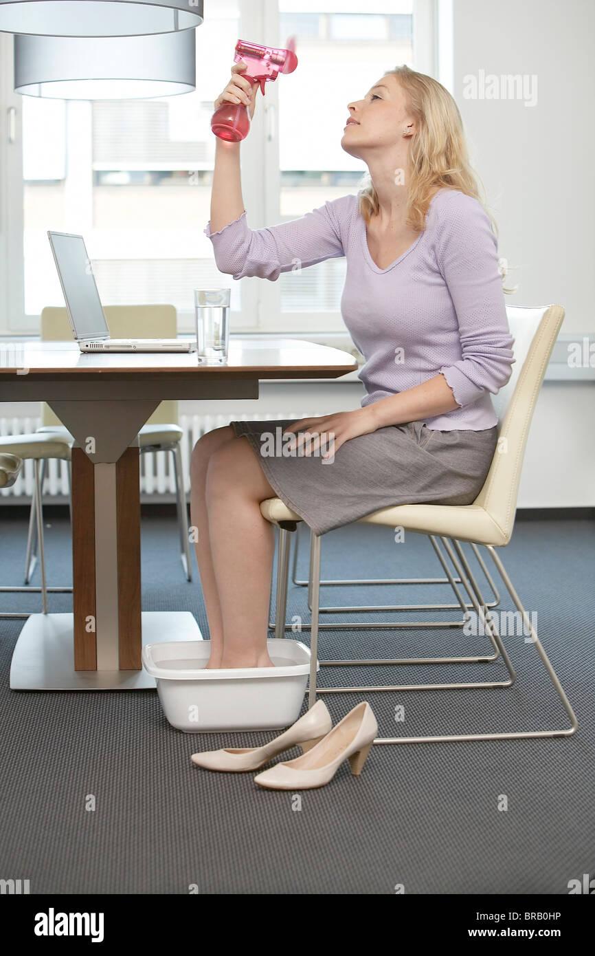 Mujer en la oficina sudando Imagen De Stock
