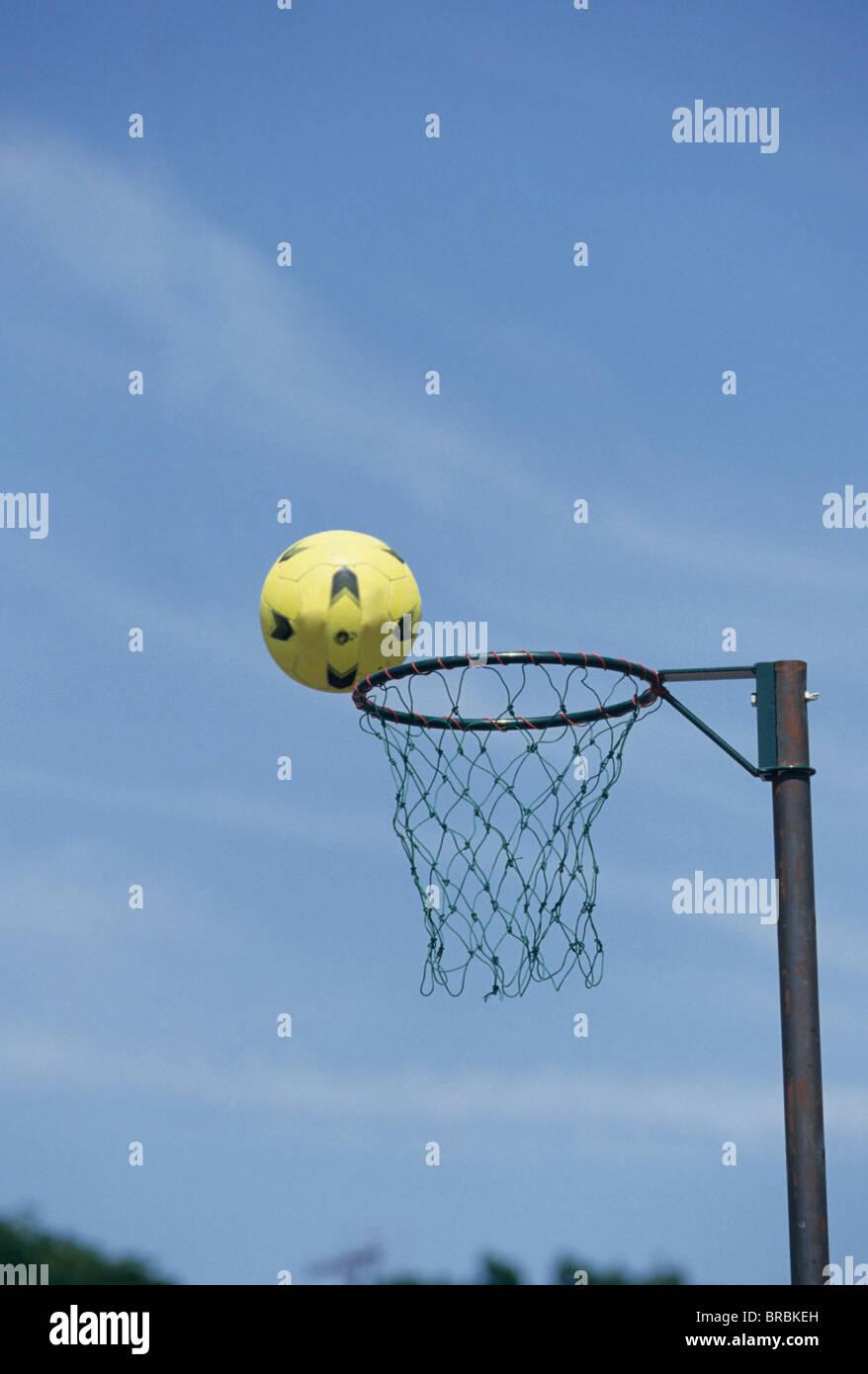 Un aro de baloncesto en la red Imagen De Stock