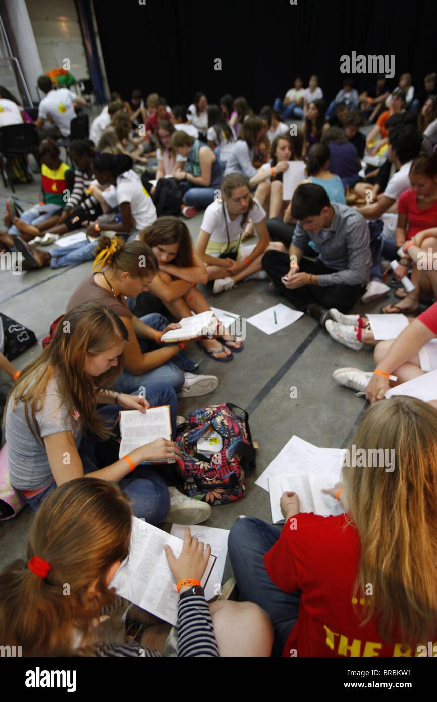 El estudio de la Biblia en una reunión protestante, Lyon, Rhône, Francia Imagen De Stock