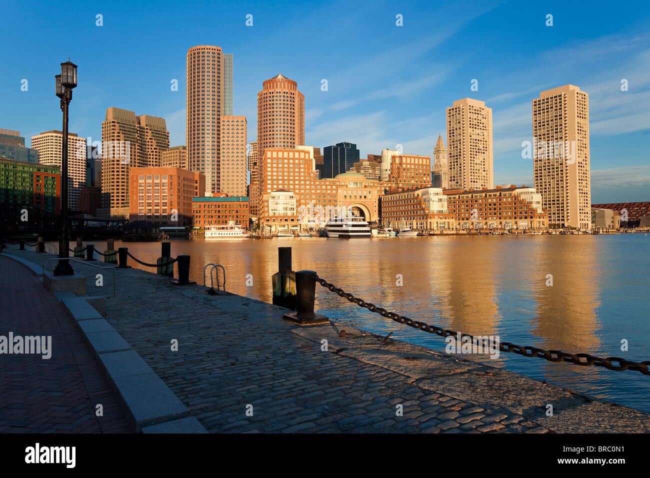 Ciudad y puerto interior incluyendo al amanecer Rowes Wharf, Boston, Massachusetts, Nueva Inglaterra, EE.UU. Imagen De Stock