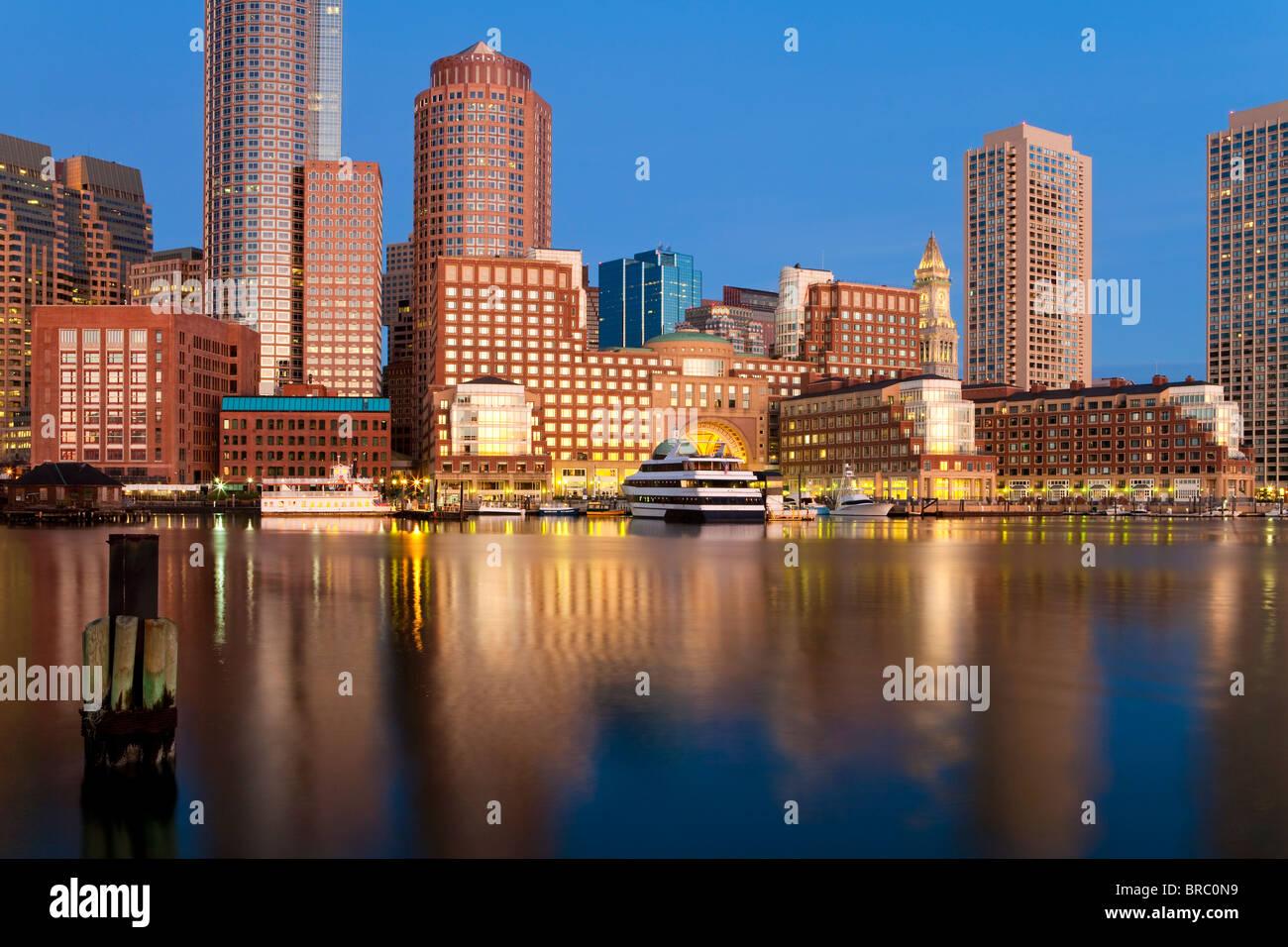 Ciudad y puerto interior incluyendo al amanecer Rowes Wharf, Boston, Massachusetts, Nueva Inglaterra, EE.UU. Foto de stock