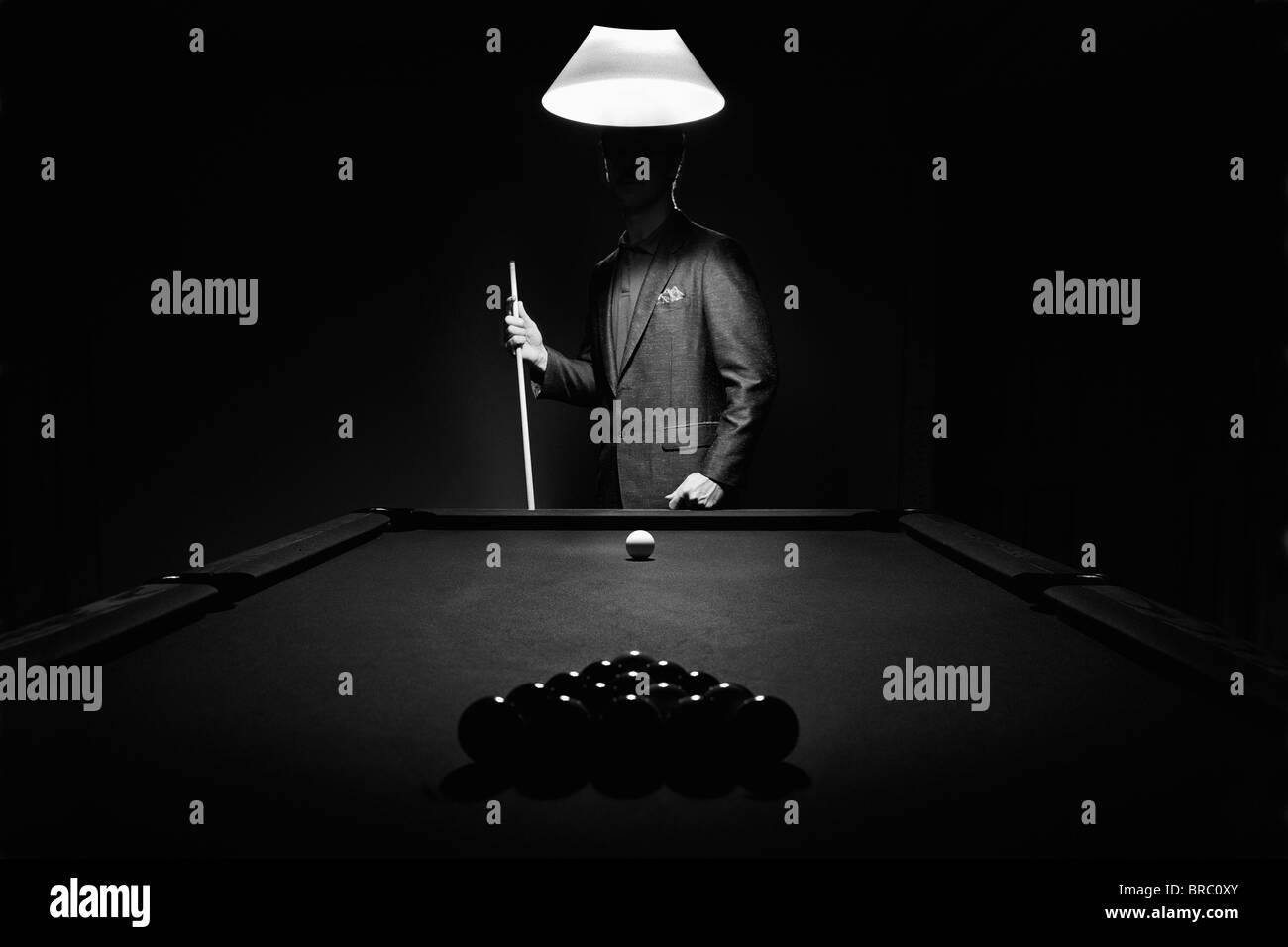 Misterio Pool jugador detrás de Rack de bolas de billar, Edmonton, Alberta, Canadá Imagen De Stock