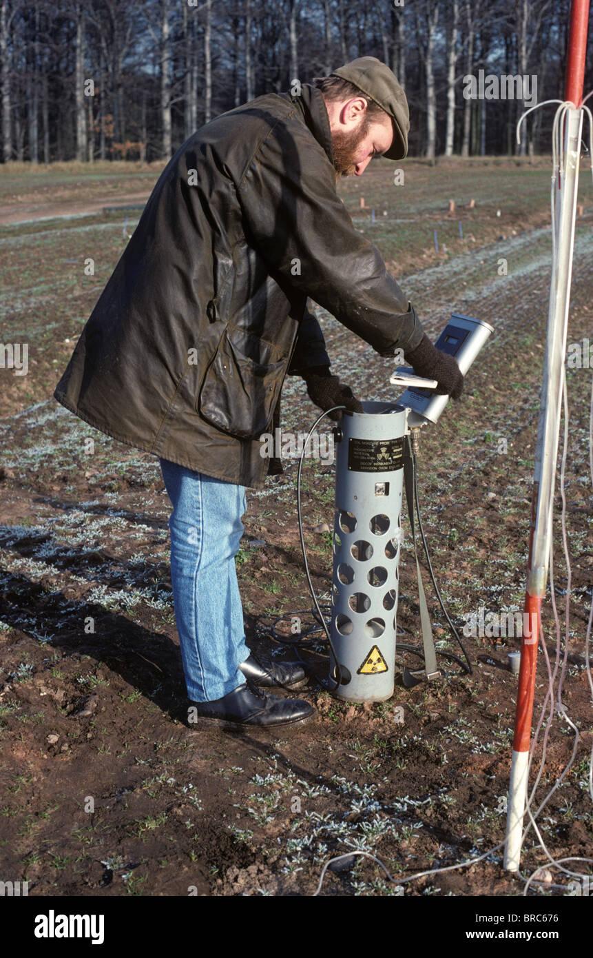 El científico utilizando una sonda de neutrones para detectar agua subterránea Imagen De Stock