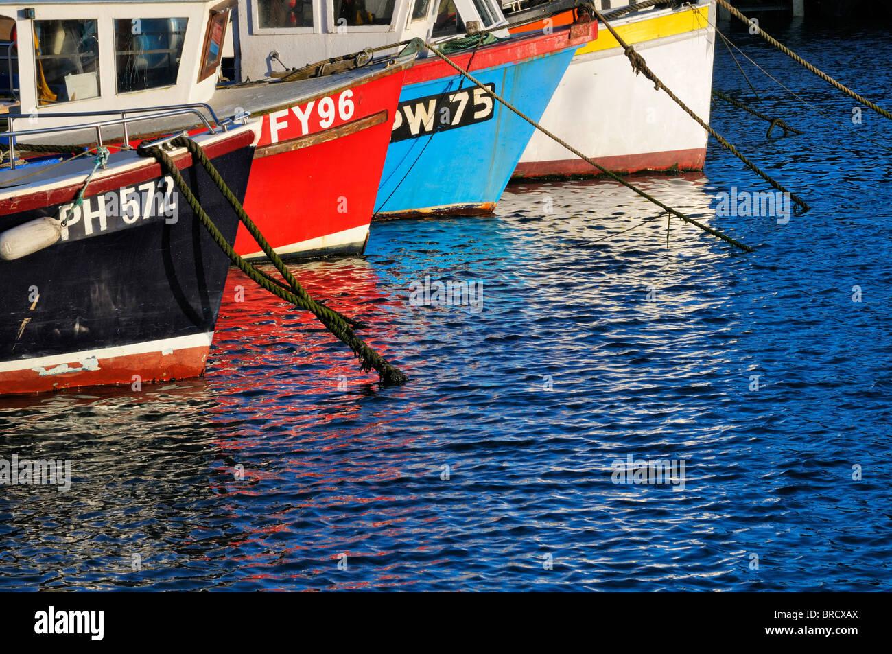 Coloridos barcos de pesca en el puerto Imagen De Stock
