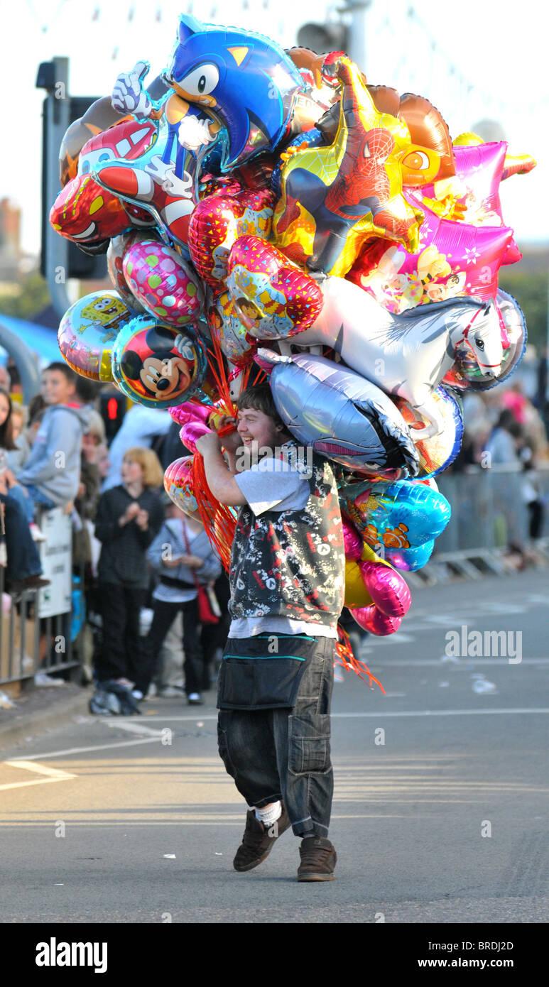 Globos de helio, el hombre la venta de globos de helio, REINO UNIDO Imagen De Stock