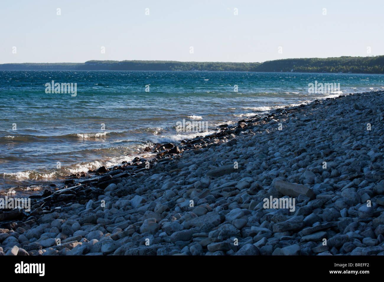 Olas de la Georgian Bay satisfacer las costas rocosas en Dyer's Bay en la península de Bruce. Foto de stock