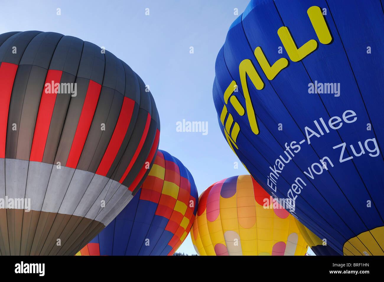 Los globos de aire caliente antes del despegue, Ballon Fiesta en el monte Hochstuckli, Schwyz, Suiza Imagen De Stock