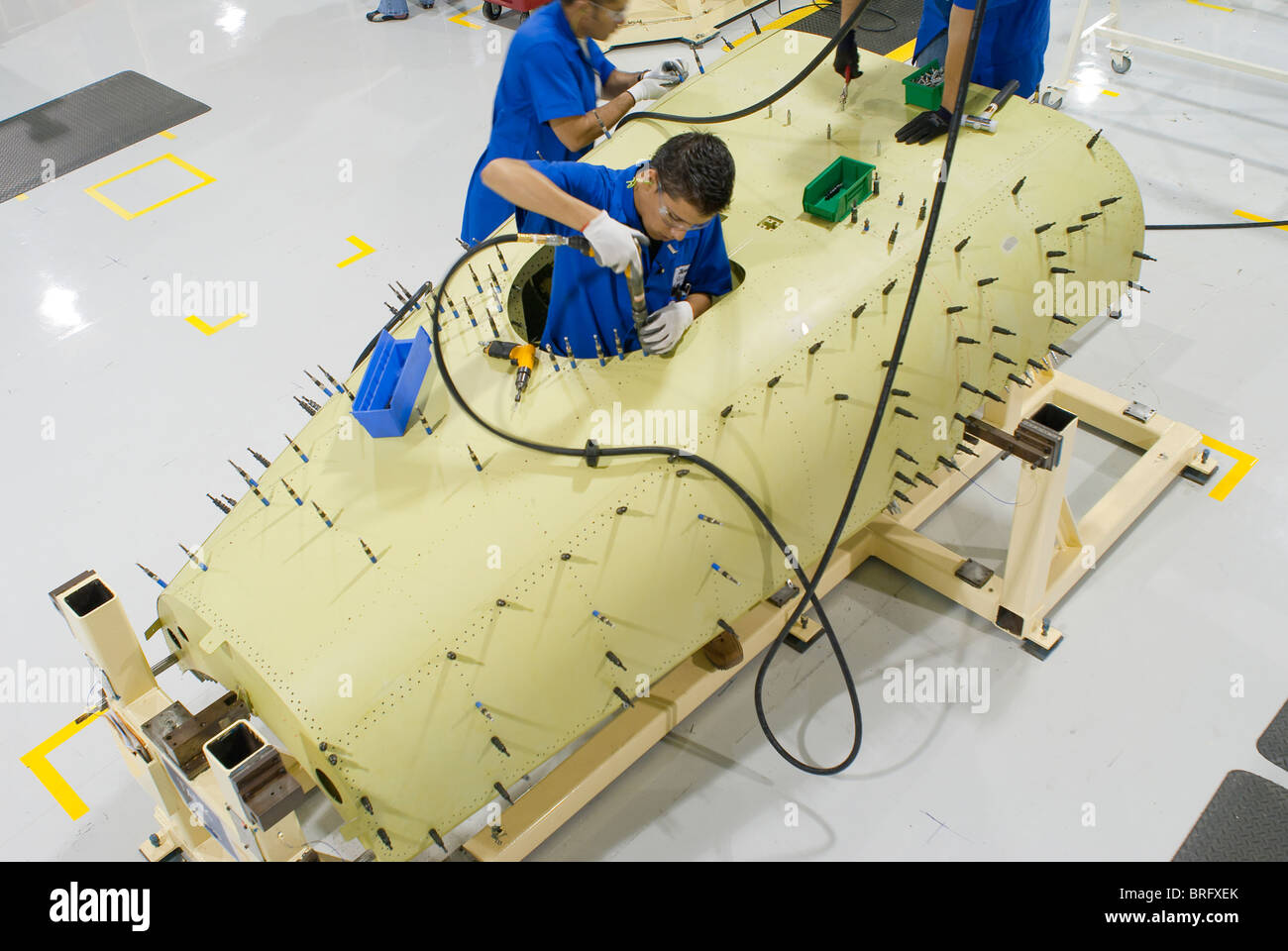 Los trabajadores de la planta aeroespacial Hawker Beechcraft en Chihuahua, México construir avión piezas Imagen De Stock