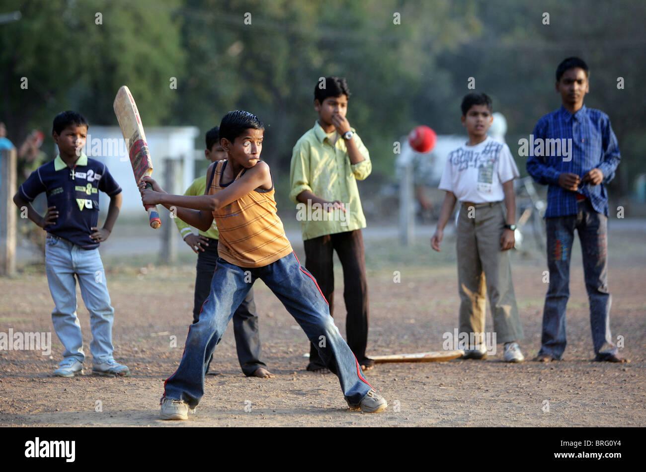 Muchachos jugando cricket en Katni, estado de Madhya Pradesh, India Imagen De Stock
