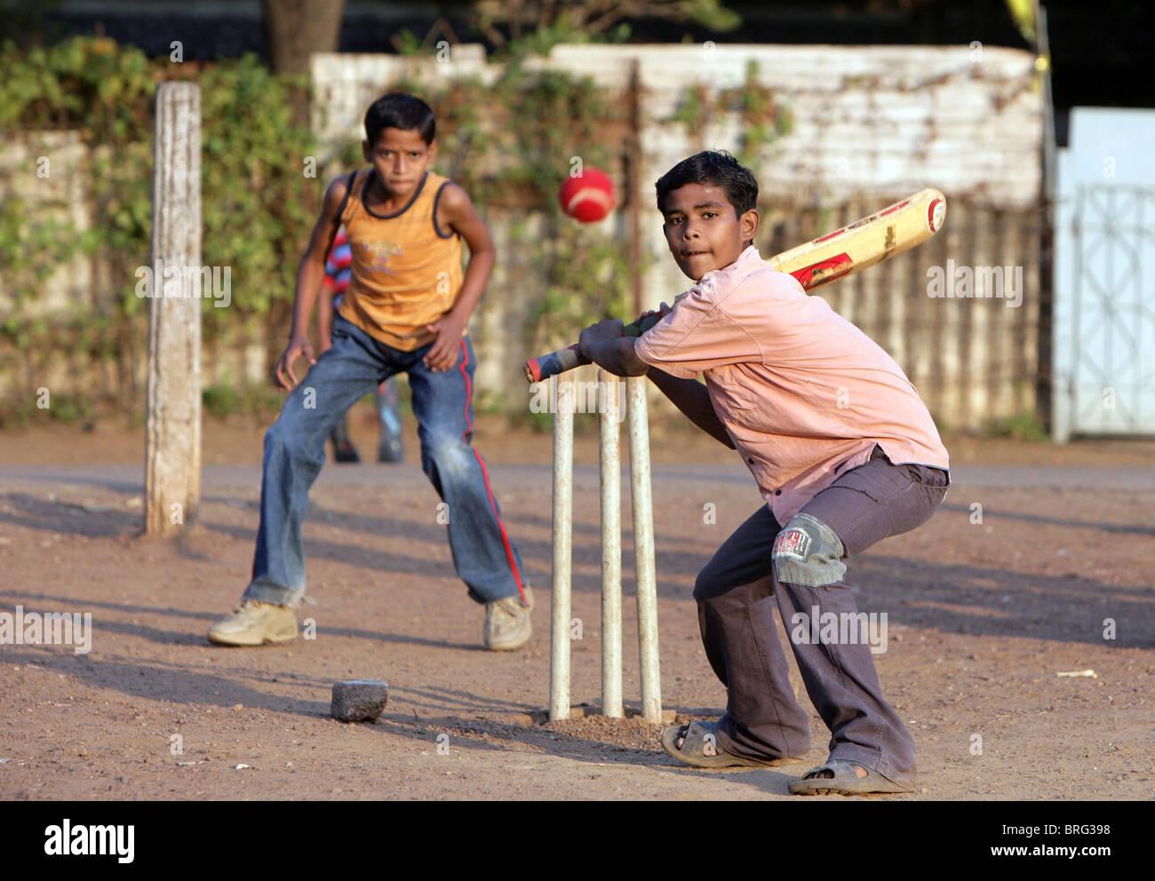Muchachos jugando cricket en Katni, estado de Madhya Pradesh, India Foto de stock
