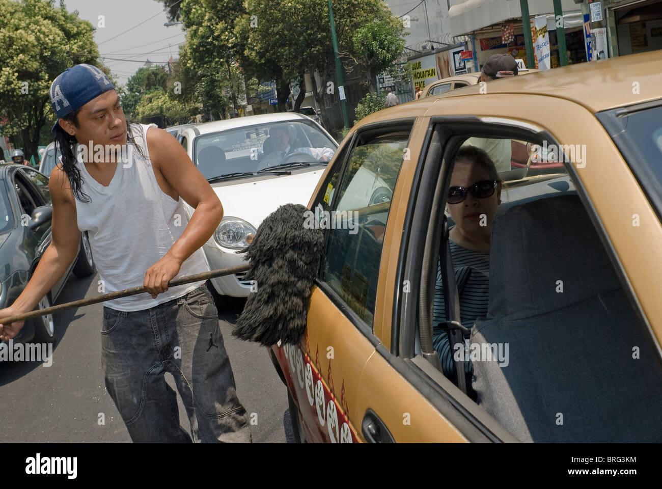 La calle sigue siendo el último refugio de los desempleados, como estos para dustmop limpiadores de automóviles Imagen De Stock
