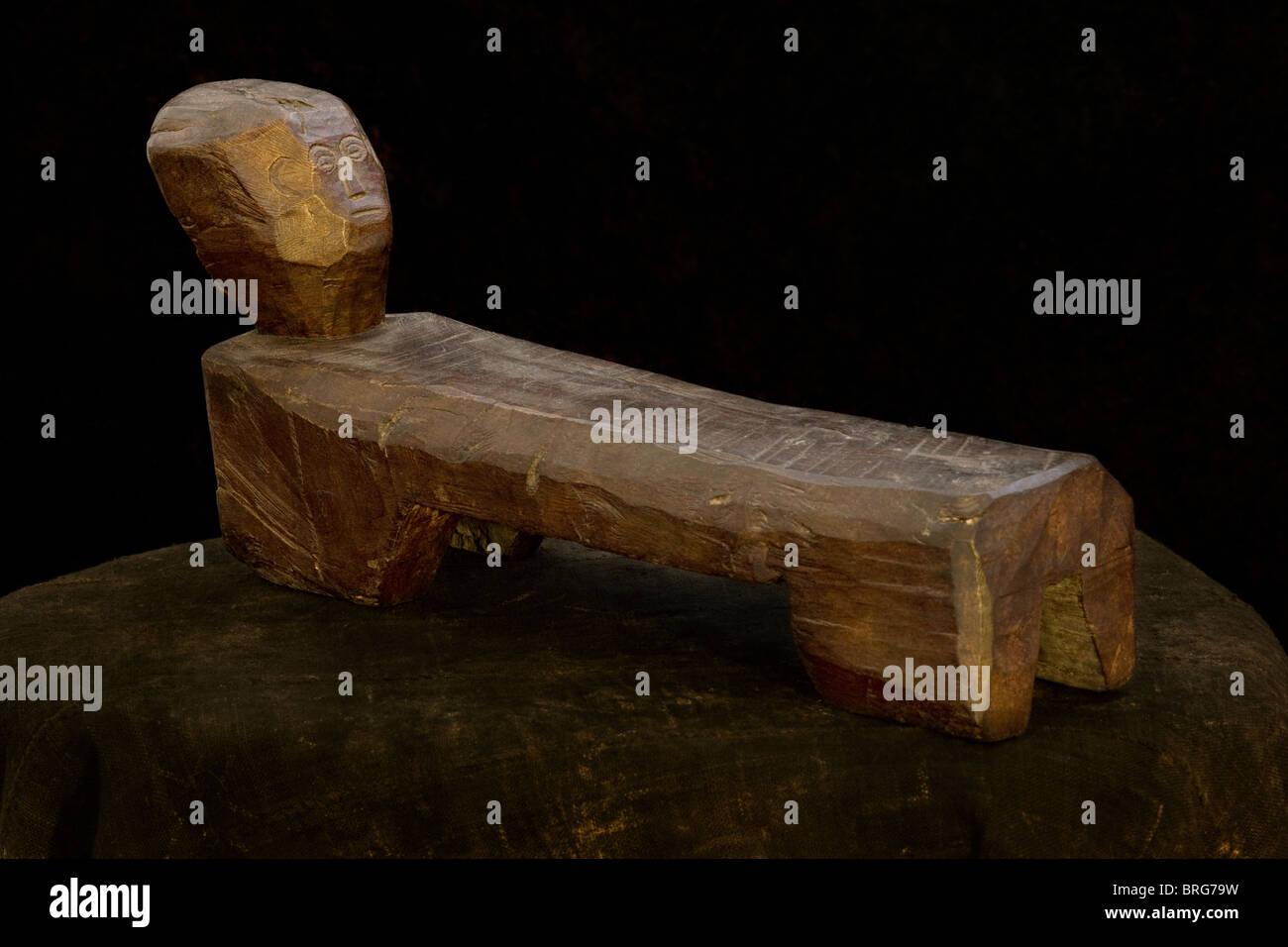 Tribales de Indonesia taburete de madera tallada en forma humana inactivo Imagen De Stock