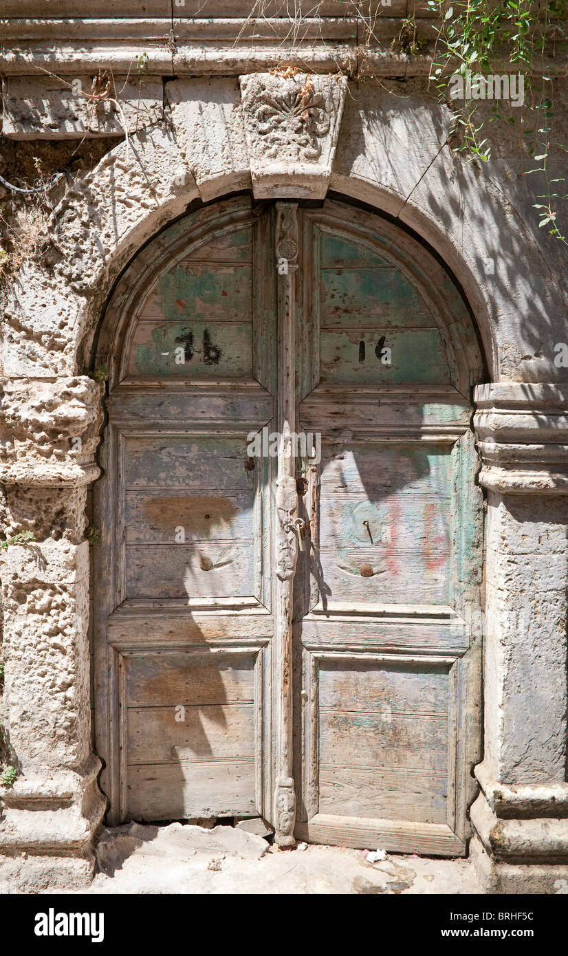 Las Puertas Dobles De Madera Antigua Y Una Impresionante Arcada De