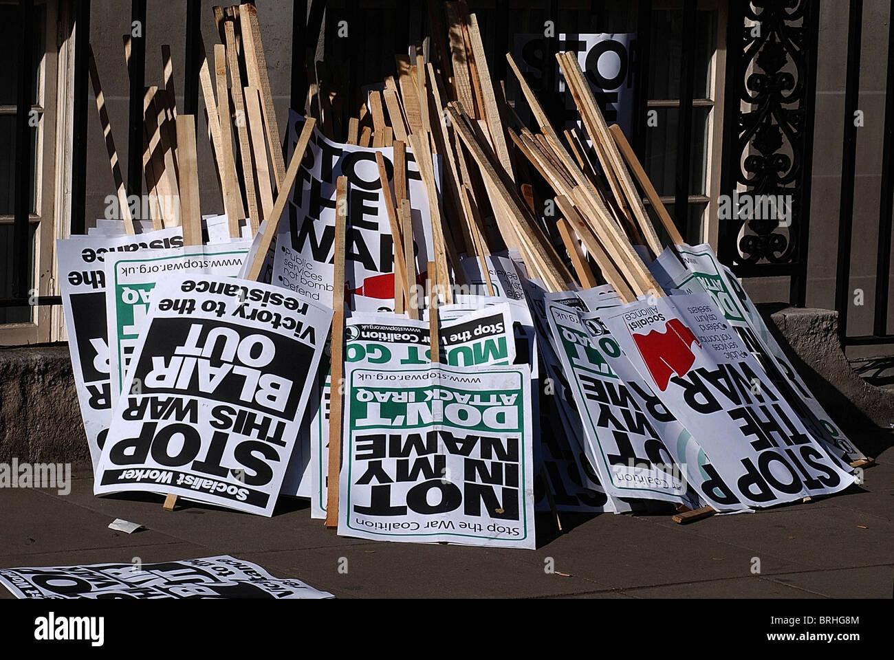 Carteles desechados después del Grosvenor Sqr. anti guerra demo, 05-04-2003. Foto por John Robertson-Tel.07850 Imagen De Stock