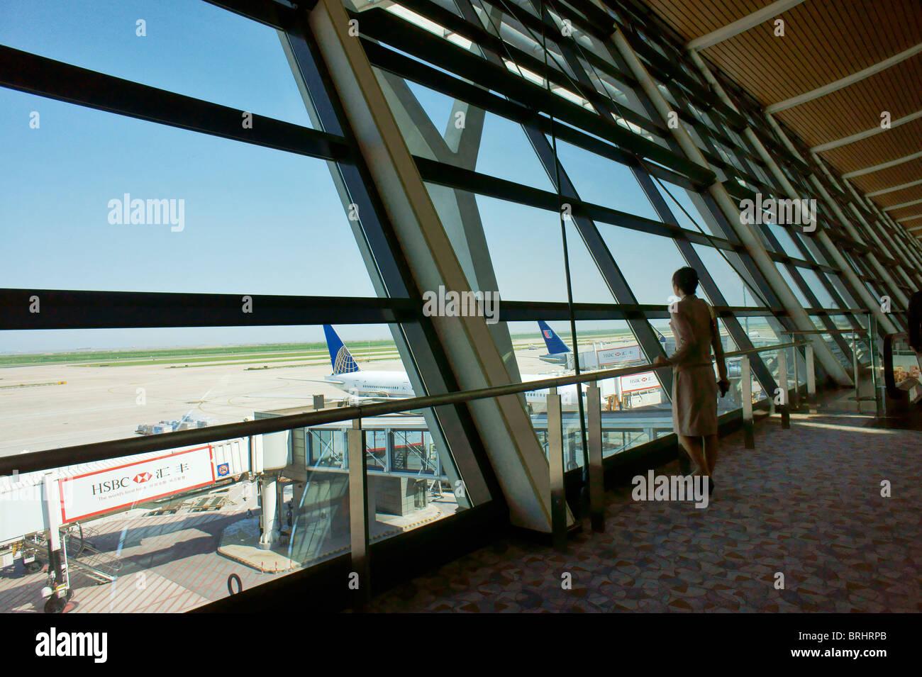 Shanghai, China. Cubierta de observación de cristal sobre pista delantal. Sala de Embarque, el aeropuerto internacional Imagen De Stock