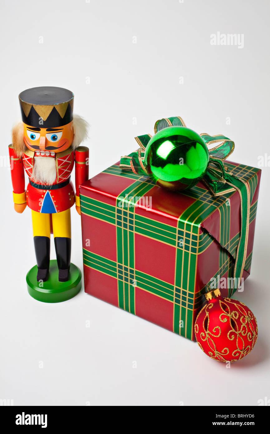 Cascanueces y regalo de Navidad Imagen De Stock