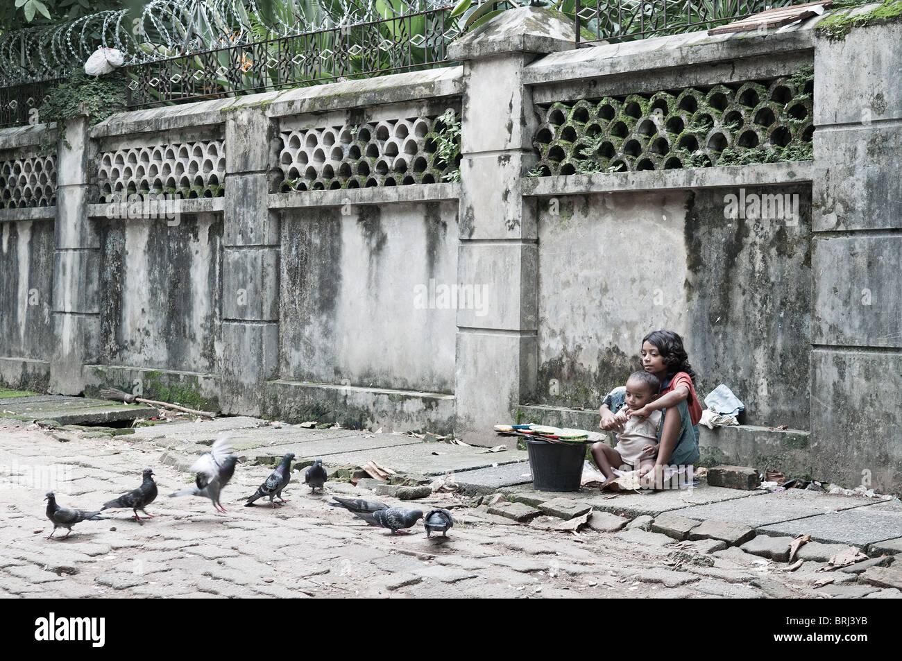La pobreza infantil los niños de la calle en Myanmar Birmania Rangún Yangon Asia Imagen De Stock