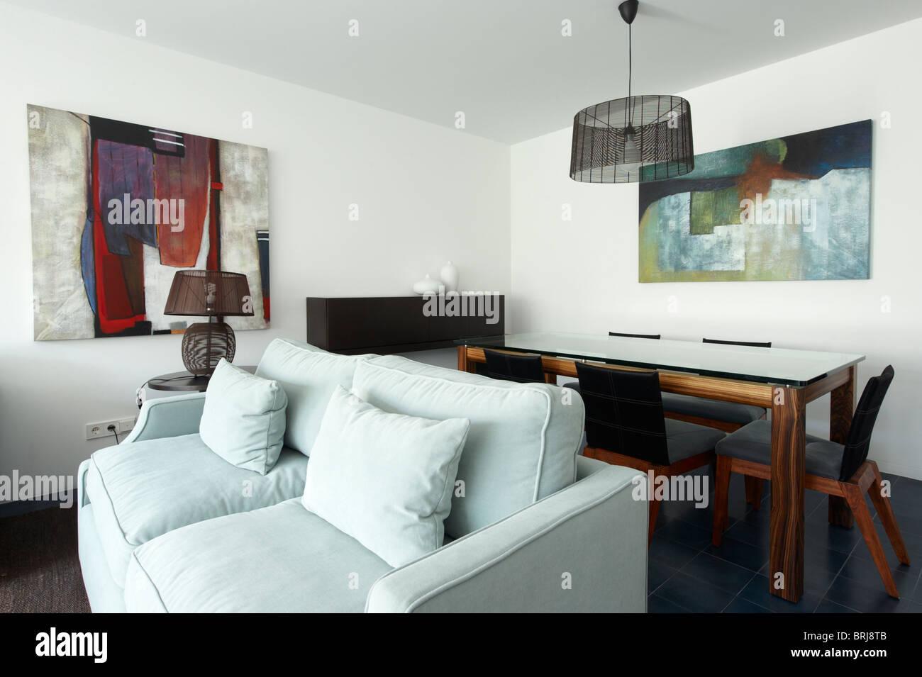 Sofá y mesa de comedor y sillas con un diseño interior moderno y contemporáneo salón Imagen De Stock