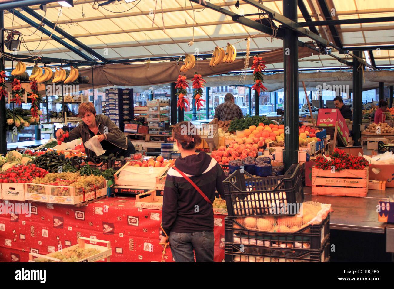 Mercado de fruta de Rialto de Venecia, Italia Foto de stock
