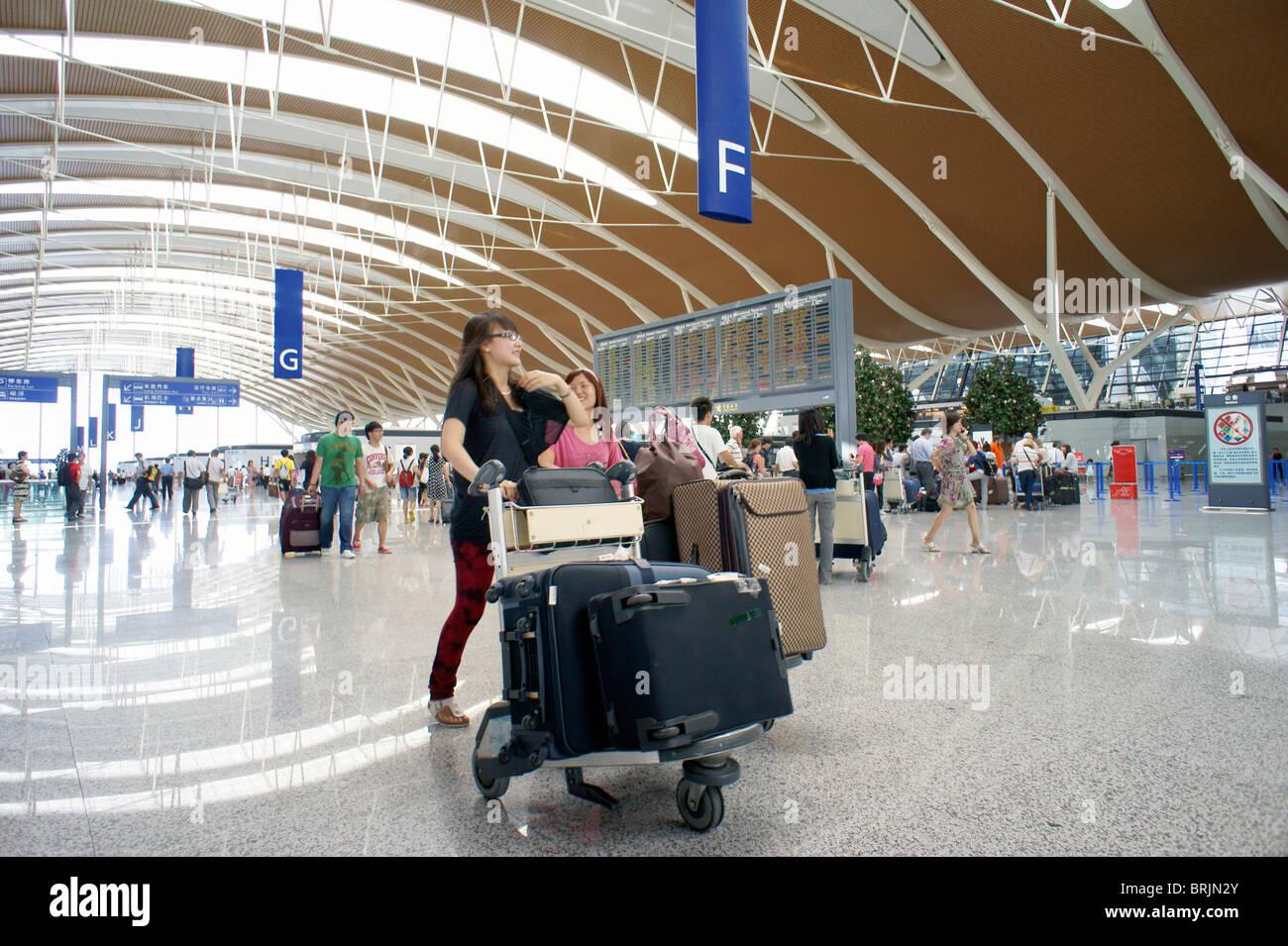 Shanghai, China. Vestíbulo principal sala de salidas con vuelo notice board, el aeropuerto internacional de Imagen De Stock
