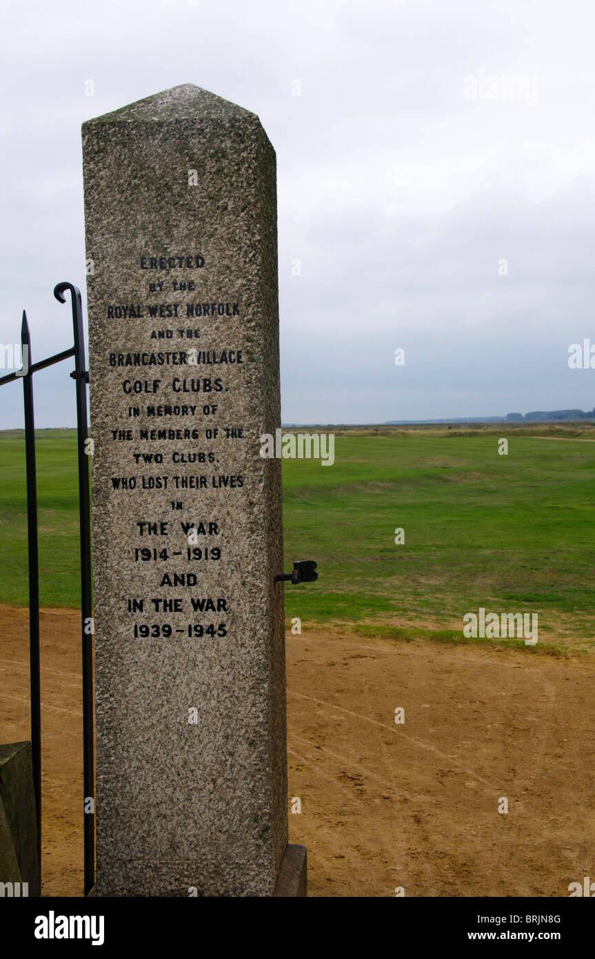 War Memorial en las puertas de entrada a la Royal West Norfolk y clubes de Golf en Brancaster Brancaster, Norfolk, Inglaterra Foto de stock