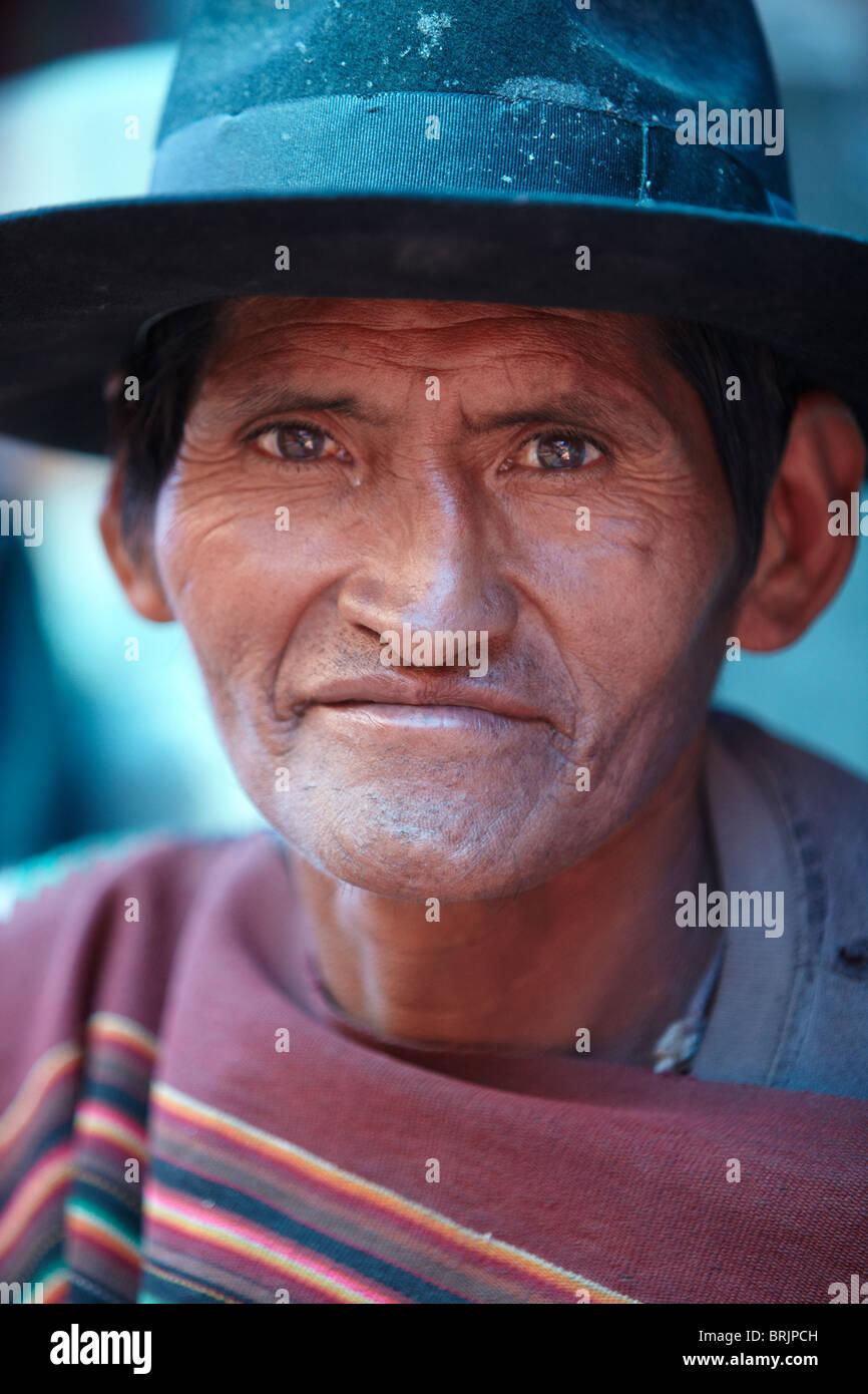 Un hombre local en el mercado de Tarabuco, Bolivia Imagen De Stock