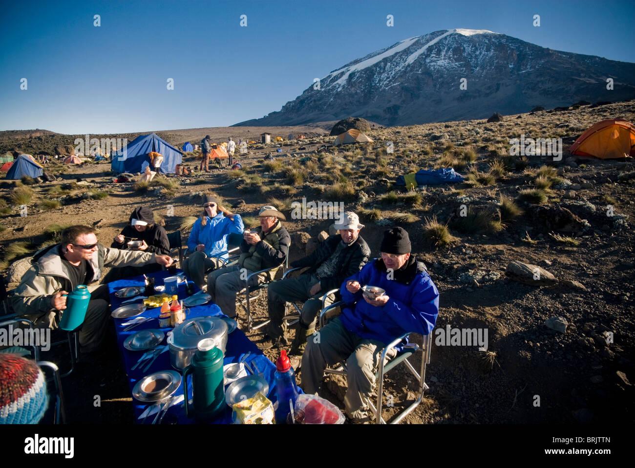 Un grupo de excursionistas tienen un agradable desayuno al amanecer sobre 1000 pies por debajo de la cima del Mt. Imagen De Stock