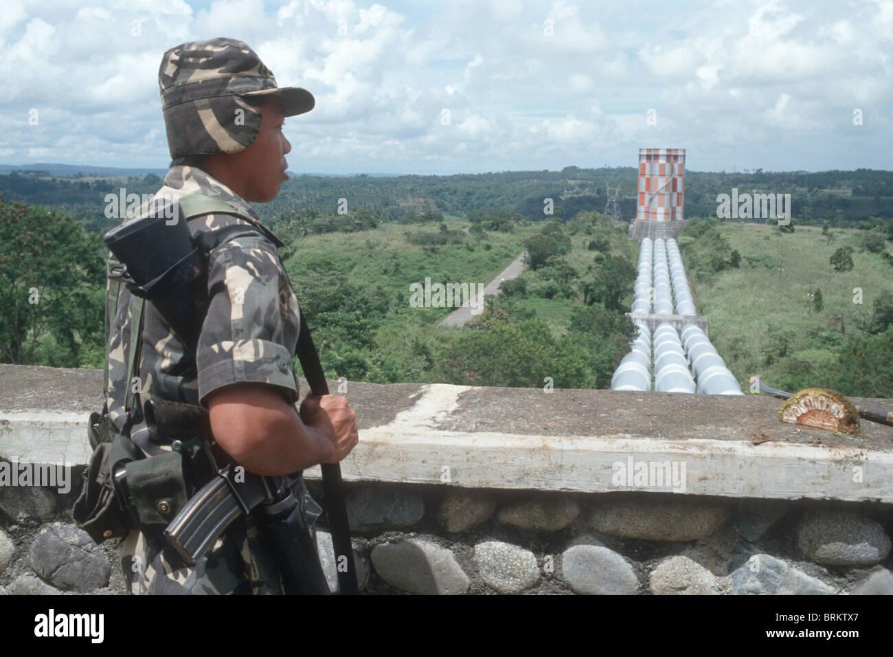 Filipinas . Soldados desplegados EN MINDANAO CUSTODIANDO AGUS HIDRO POWER PLANT donde los insurgentes del Ejército Imagen De Stock