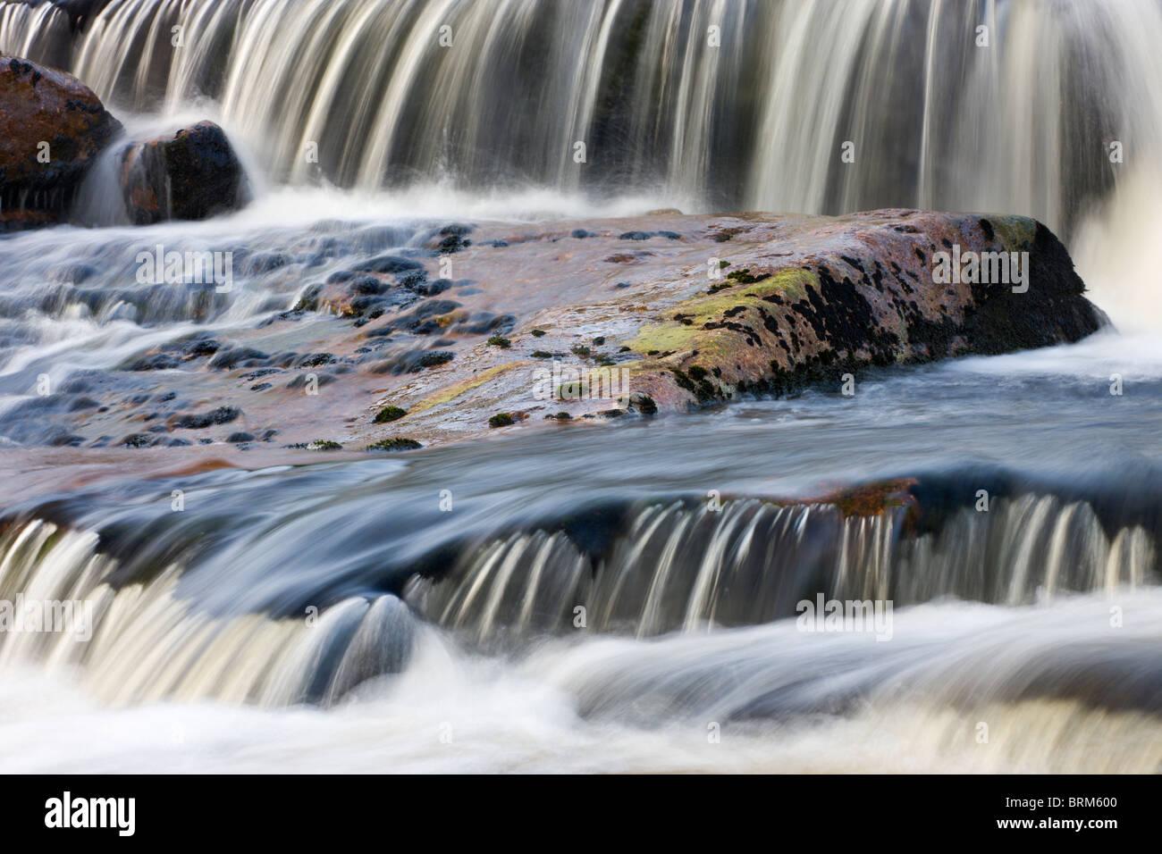 Cascadas de agua sobre el río en el tavy Tavy Cleave, Parque Nacional de Dartmoor, Devon, Inglaterra. Verano Imagen De Stock