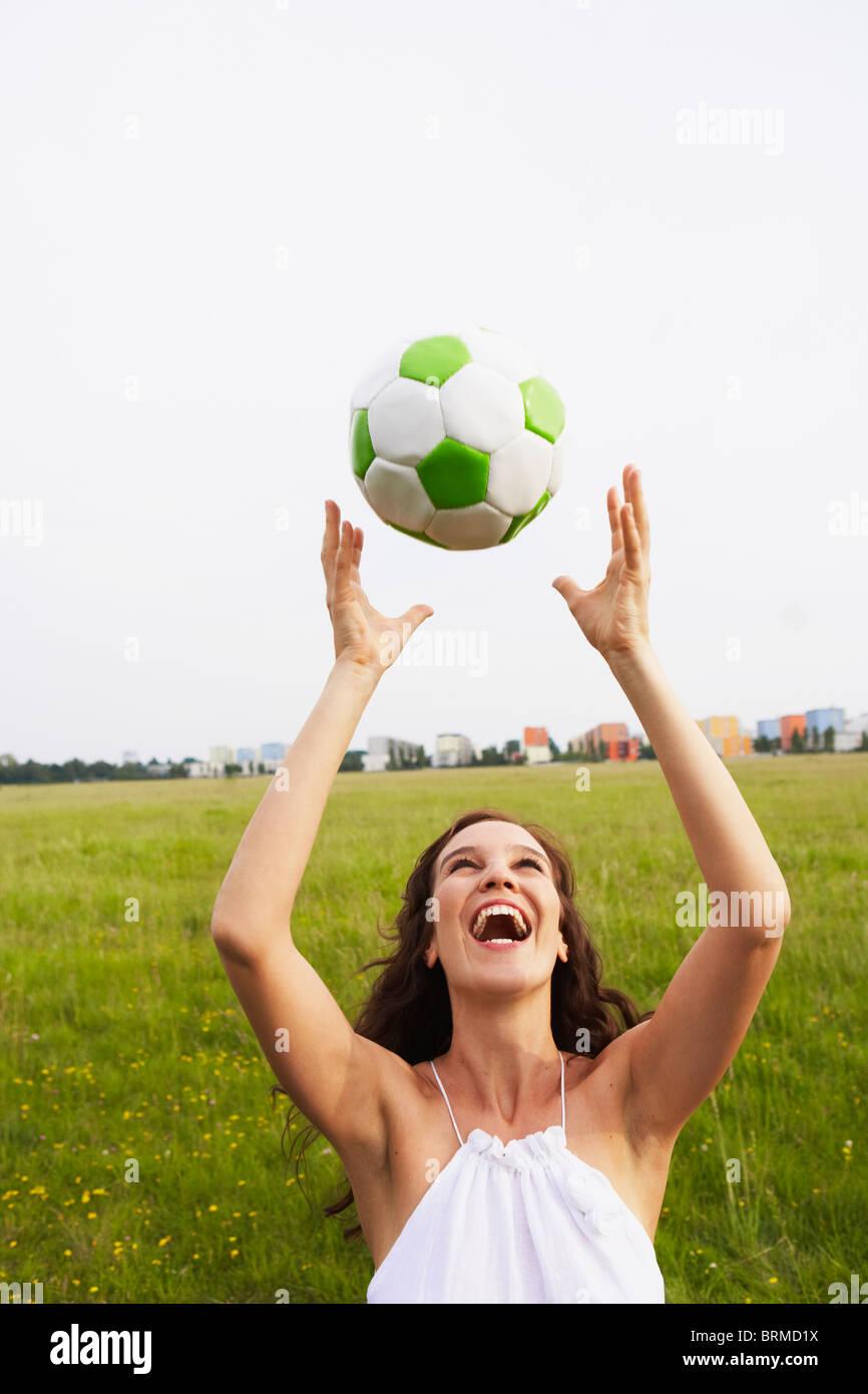 Mujer atrapar la pelota de fútbol Foto   Imagen De Stock  31796742 ... 913a53889f382