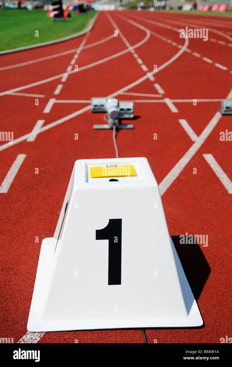 Los bloques de arranque vacío en la pista de atletismo Imagen De Stock