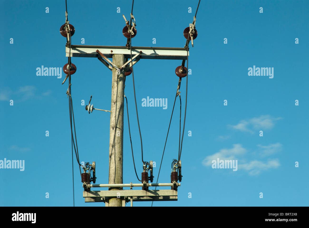 Poste eléctrico de madera Foto de stock