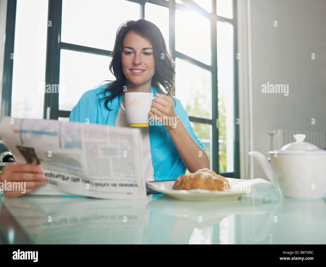 Mujer adulta media bebiendo café y leer noticias. De forma horizontal, espacio de copia Foto de stock