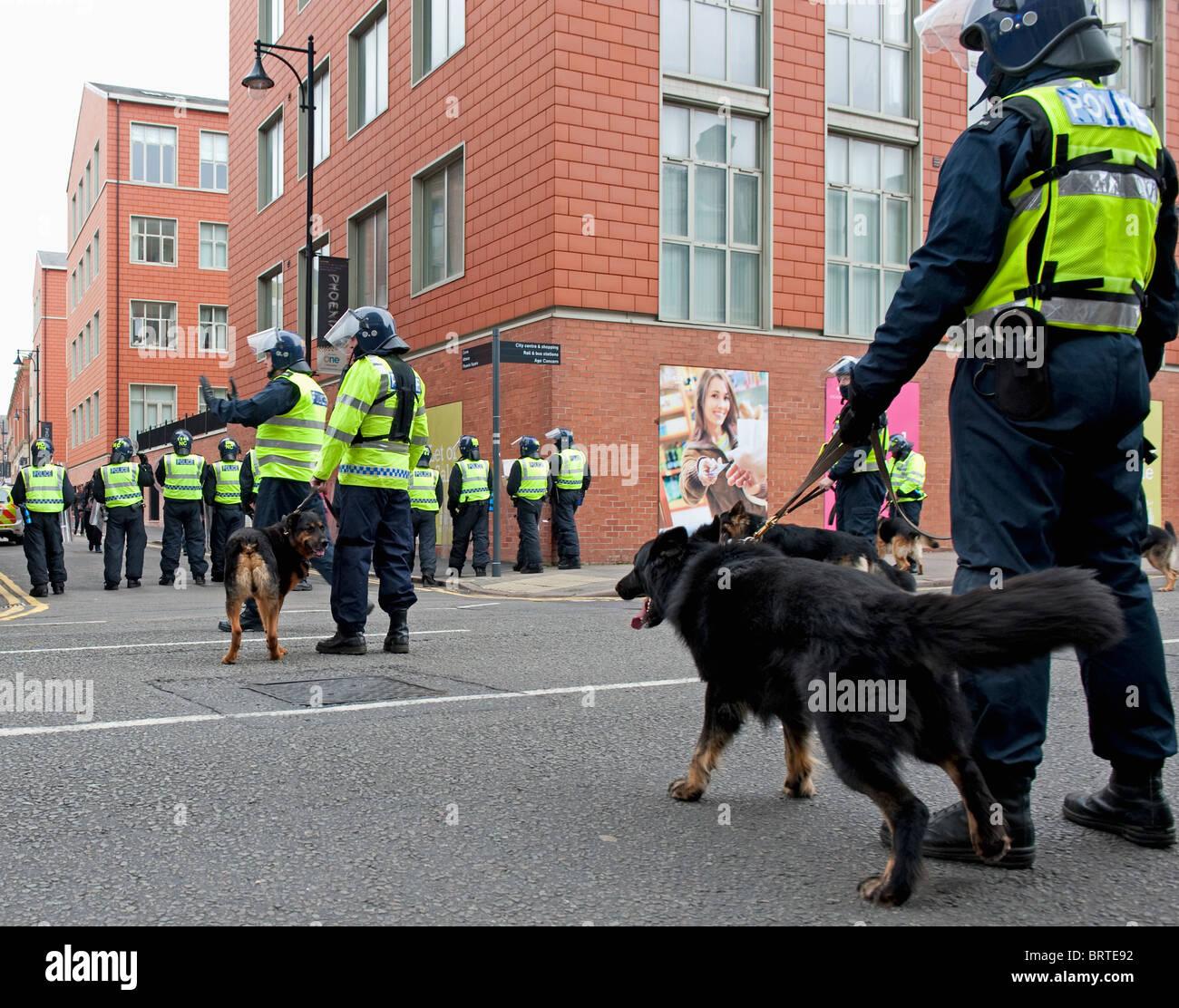 Unidad de perros policía guardia como la Liga de Defensa Inglés demostrar en Leicester. 9 de octubre de Imagen De Stock