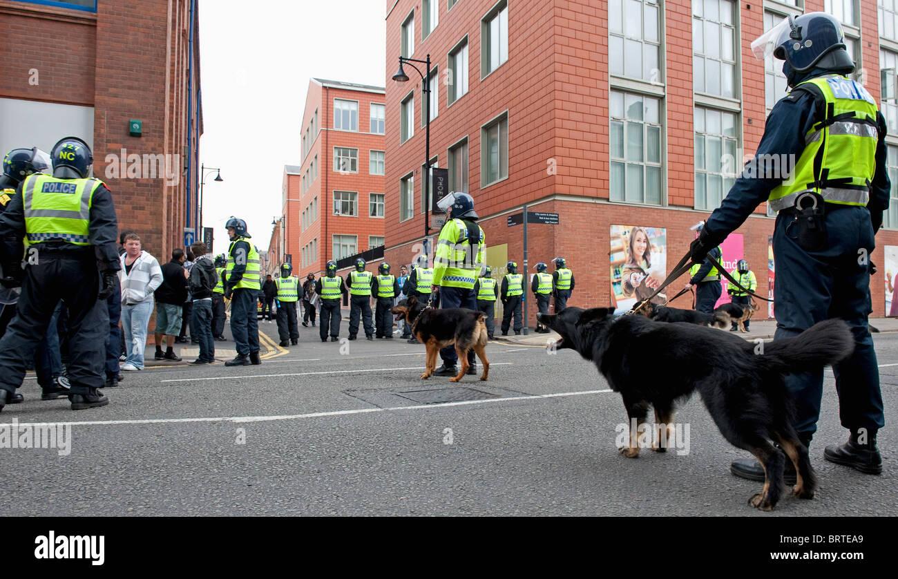 Unidad de perros policía guardia como la Liga de Defensa Inglés demostrar en Leicester. 9 de octubre de 2010. Foto de stock