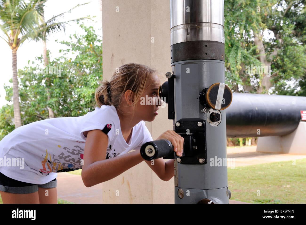 11 años de edad, mirando a través del periscopio de submarino. USS Bowfin Submarino Museo y Parque, Pearl Imagen De Stock